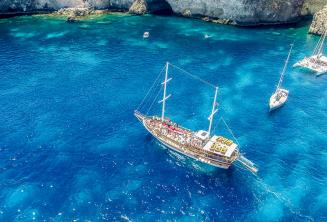 Een Turkse gulet in Crystal Bay, Comino