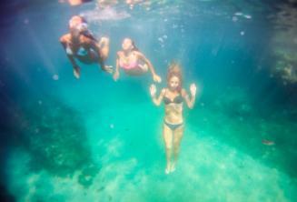 3 vrienden zwemmen onder water.