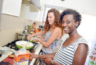 Een student helpt haar gastgezin te bereiden diner