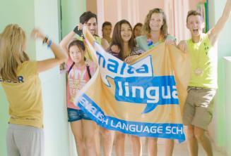 Groep studenten met de vlag van de school