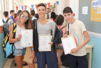Studenten met hun certificaat