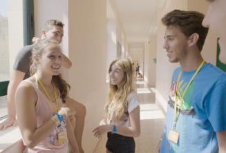 Studenten praten bij in onze junior school