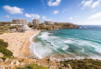Mening van de Golden Bay strand in Malta