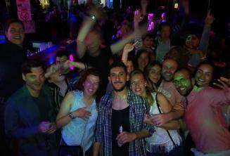 Een groep van het Engels onderwijzend personeel en studenten clubbing in Paceville