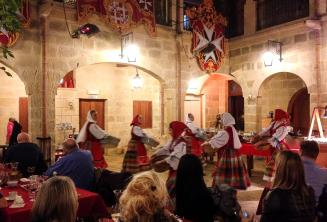 Traditionele Maltese dansers aantrekken van een show in een restaurant