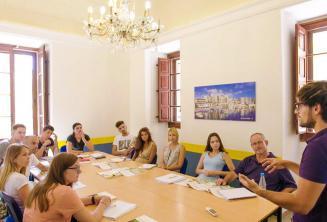 Leerlingen luisteren naar de leerkracht in een Engels taal klasse
