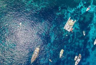 Luchtfoto van boten in Crystal Bay, Comino