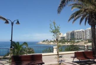 Exiles Bay promenade in Sliema ligt op 5 minuten loopafstand van de school.
